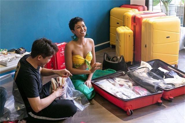 Một ngày trước khi lên đường sang Thái, Hoa hậu H'jen Niê và ê-kíp đồng hành cùng cô từ sau đăng quang đến giờ đã cùng nhau soạn hành lý, sắp xếp vật dụng vào vali cho H'hen Niê.