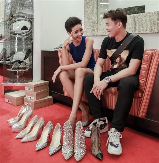 Những đôi giày hiệu giúp đôi chân hoa hậu thêm tự tin