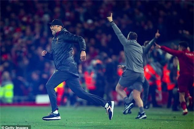 Klopp lao vào sân ăn mừng khi học trò ghi bàn thắng muộn