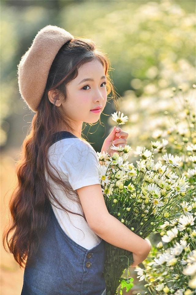 Phan Hà Linh (sinh năm 2012) từng được biết tới qua bộ ảnh được chụp trên phố đi bộ Hồ Gươm. Cô bé giống như một nàng công chúa với gương mặt xinh xắn và mái tóc dài mượt mà