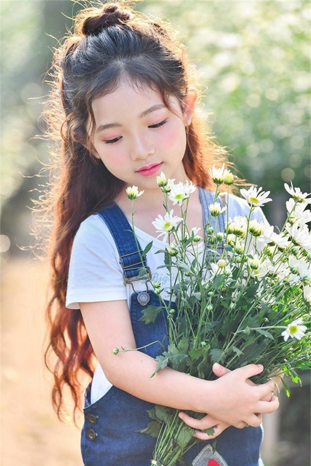Còn nhỏ tuổi nhưng bé Hà Linh đã có năng khiếu biểu hiện trước ống kính máy ảnh.