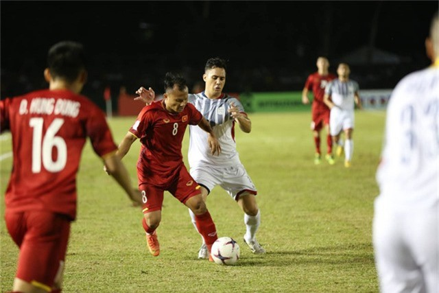 Đội tuyển Việt Nam không ngán Philippines trong các pha tranh chấp tay đôi (ảnh: Huyền Trang)