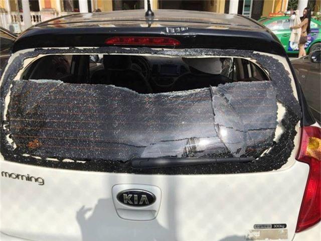 Chiếc xe chị Th. lái vào trụ sở Công an tỉnh Thái Bình bị đập phá