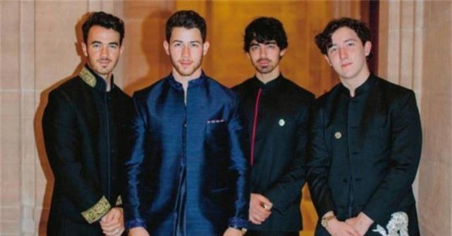 Nick Jonas (thứ 2 từ trái sang) và các phù rể trong đám cưới của mình