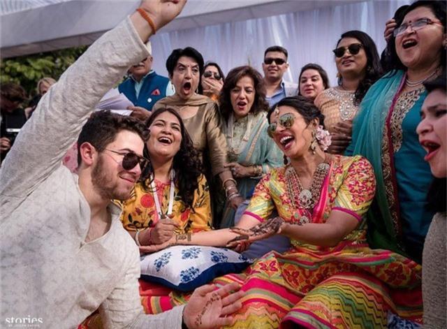 Priyanka Chopra và chồng trong lễ mehndi