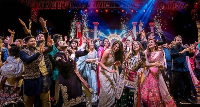 Cựu hoa hậu thế giới Priyanka Chopra (giữa) khiêu vũ cùng bạn bè trong buổi tiệc mang phong cách Ấn Độ