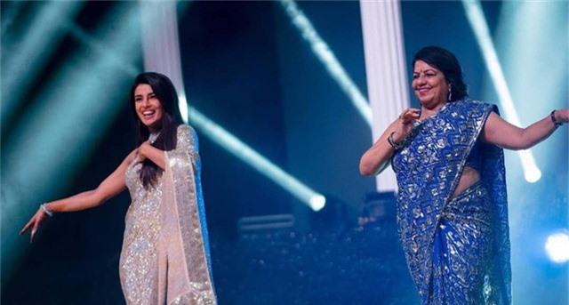Priyanka Chopra và mẹ khiêu vũ trên sân khấu. Mẹ Priyanka Chopra hết lời khen con rể khéo cư xử, lịch thiệp, hào phóng