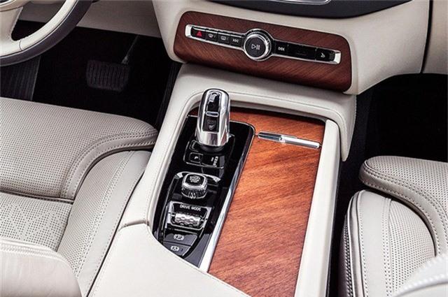 Volvo XC 90 Excellence sử dụng hộp số tự động 8 cấp và hệ thống dẫn động 4 bánh toàn thời gian