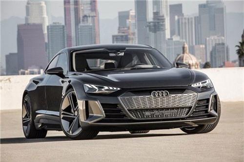 Cận cảnh siêu xe điện Audi e-tron GT. Phía sau thiết kế dữ dằn và hấp dẫn, mẫu coupe 4 cửa Audi e-tron GT sẽ sở hữu hiệu năng vận hành ấn tượng do chia sẻ chung nền tảng với Porsche Taycan. (CHI TIẾT)