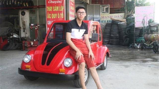 Ngô Việt Cường bên chiếc xe ô tô điện do em tự thiết kế mang kiểu dáng cổ điển.
