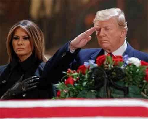 """Tổng thống Trump và Đệ nhất phu nhân dự lễ viếng cựu Tổng thống Bush """"cha"""". (Ảnh: Fox10)"""