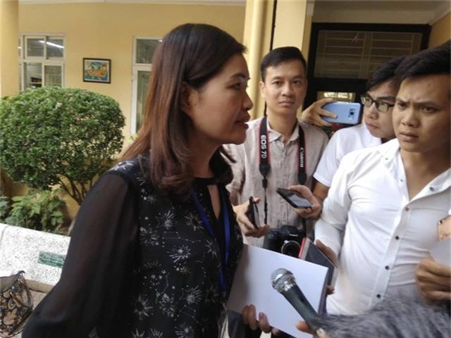Bà Nguyễn Thu Hà, Phó Hiệu trưởng Trường tiểu học Quang Trung (quận Đống Đa, Hà Nội) giữa vòng vây của báo chí trong chiều 5/12.