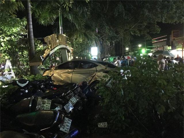 Hiện trường vụ xe ô tô tông chết hai nữ sinh
