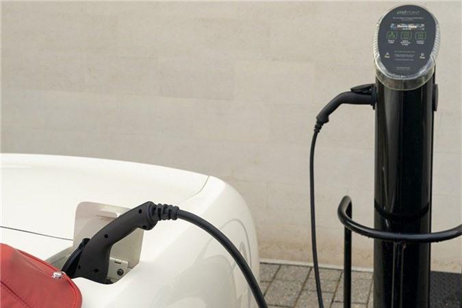 Aston Martin lắp động cơ điện cho xe cổ mui trần DB6 MkII ảnh 3