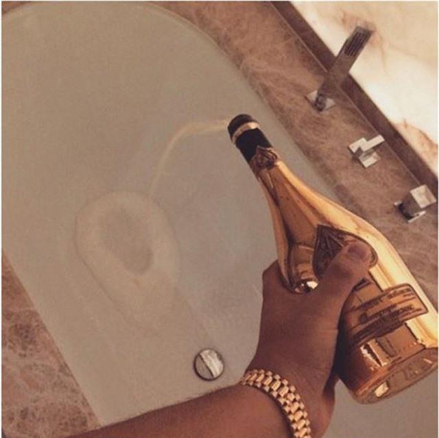 Champagne để uống là quá bình thường, giờ nó còn được dùng để tắm nữa.