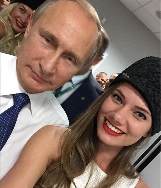 Dự tiệc rồi chụp ảnh với những người giàu có, quyền lực và nổi tiếng như Tổng thống Vladimir Putin.