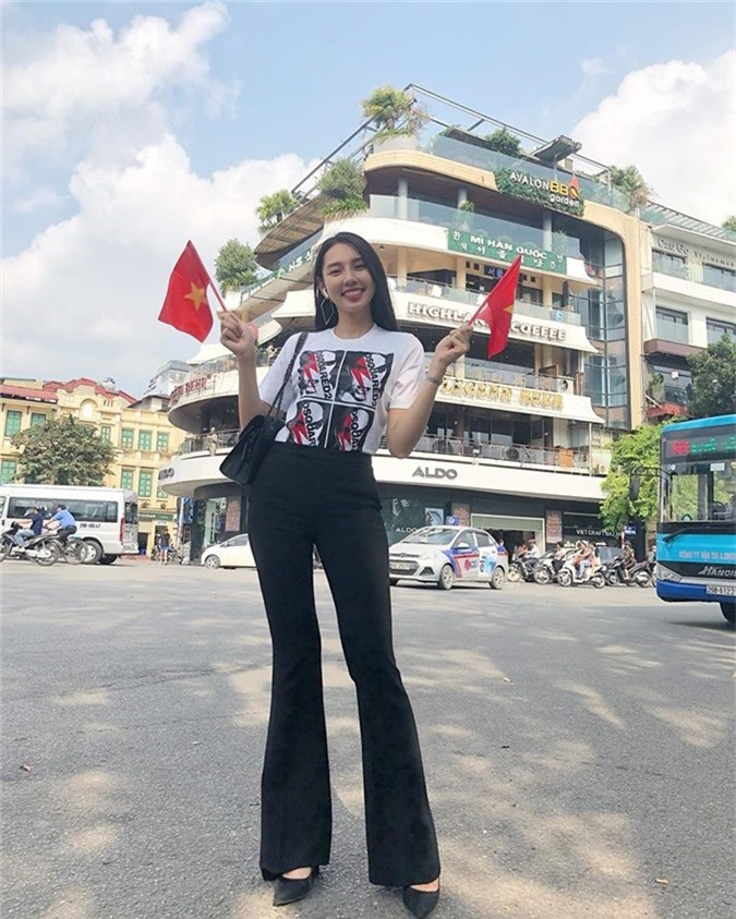 Người đẹp nhân ái Thuỳ Tiên không quên tận dụng thời gian ở Hà Nội để trực tiếp cổ vũ đội tuyển quốc gia.