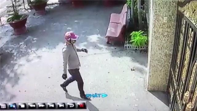 Nam thanh niên bịt khẩu trang đi đến bấm chuông cửa trước khi chủ nhà báo bị mất trộm. (Ảnh từ camera an ninh)