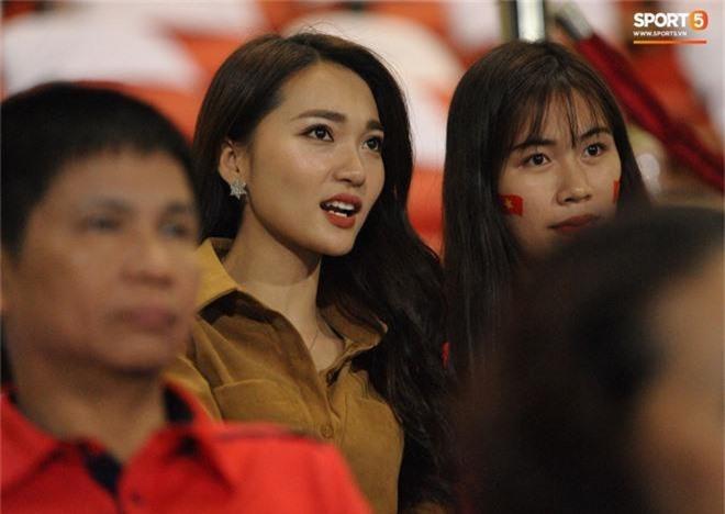 Vợ HLV Park Hang-seo, người yêu cầu thủ Duy Mạnh, Văn Đức nổi bật trên khán đài trận bán kết kịch tính - Ảnh 3.