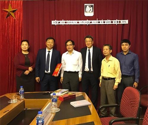Phái đoàn Mông Cổ chụp ảnh lưu niệm với lãnh đạo, cán bộ VINASME.