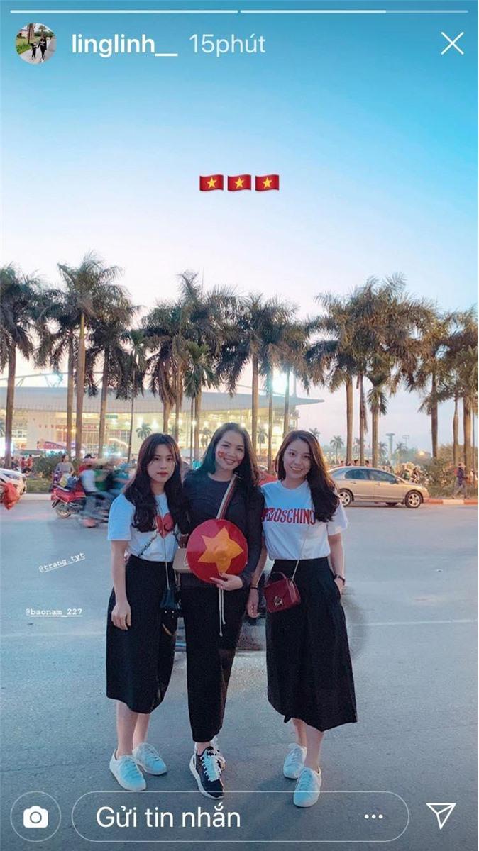 Bạn gái của trung vệ Bùi Tiến Dũng cũng check in ở phía ngoài sân vận động Mỹ Đình cùng 2 người bạn.
