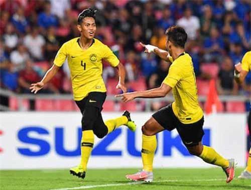 Sarafi (số 4) ăn mừng bàn thắng