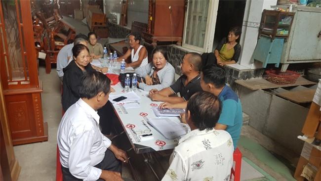 Người dân bức xúc trao đổi thông tin với báo chí (ảnh TM).