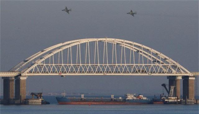 Tàu chở hàng Nga chặn dưới cây cầu tại eo biển Kerch trong vụ đụng độ với tàu Ukraine hôm 25/11. (Ảnh: RT)