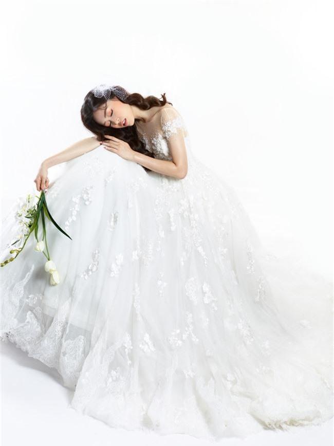Bị chê người mỏng, Á hậu Phương Nga bất ngờ tung ảnh mặc váy cưới khoe vòng một đầy đặn khó ngờ - Ảnh 7.