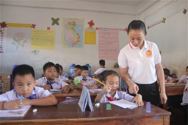 Gần 3 năm gắn bó với học sinh tại Lào, cô Hải luôn mong muốn các em đọc và hiểu được tiếng Việt.