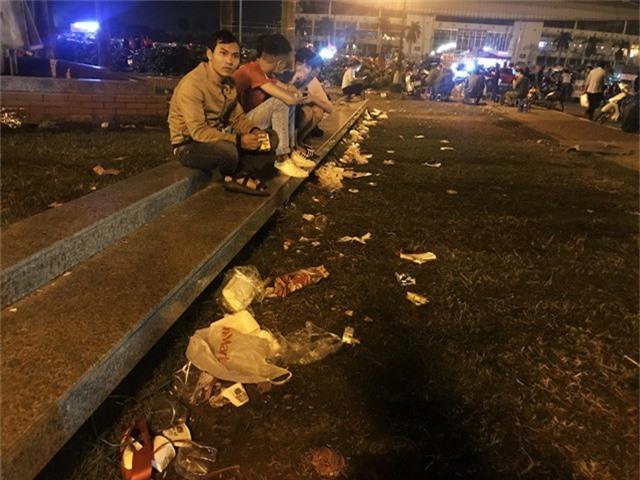 Nhiều CĐV ăn mừng chiến thắng mà quên đi việc phải vứt rác đúng nơi đúng chỗ.