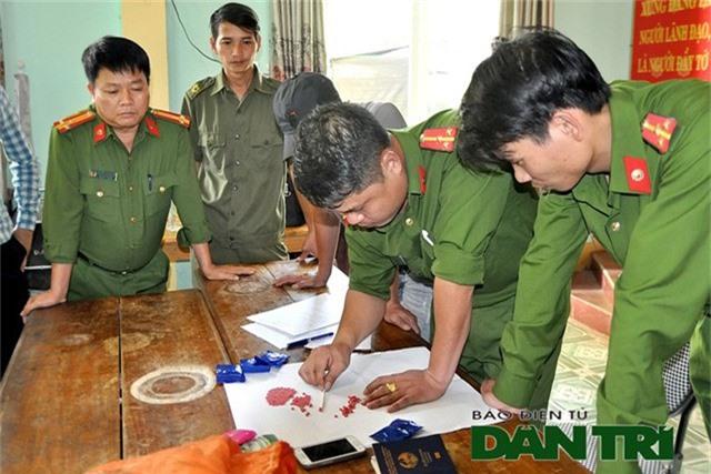 Lực lượng chức năng phân đếm số ma túy mà đối tượng Neeng Po Dang mang vào Việt Nam tiêu thụ