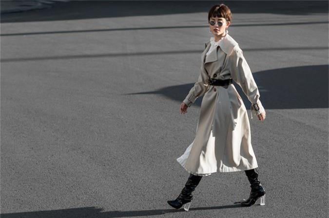 Cùng với sự lột xác này, Huyền My mix đồ thu đông một cách phóng khoáng với các mẫu trang phục hợp trend.