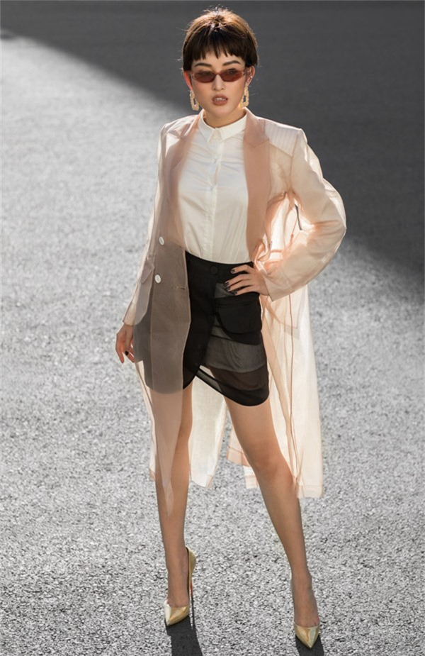 Áo choàng trong suốt cũng được Huyền My lăng-xê khi mix cùng sơ mi trắng, váy xuyên thấu, giày ánh kim.