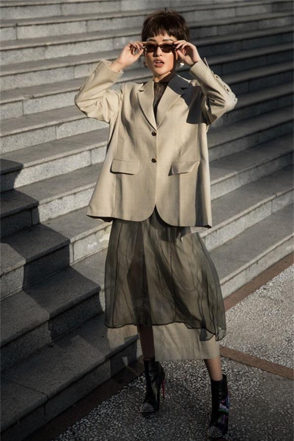 Áo vest oversize được rất nhiều tín đồ thời trang thế giới ưa chuộng trong mùa thu đông năm nay và Huyền My cũng không ngoại lệ.