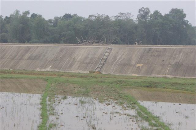 Tại nhiều cuộc họp, người dân đều đề đạt nguyện vọng một cây cầu qua kênh để thuận tiện đi làm nhưng vẫn chưa nhận được hồi đáp.