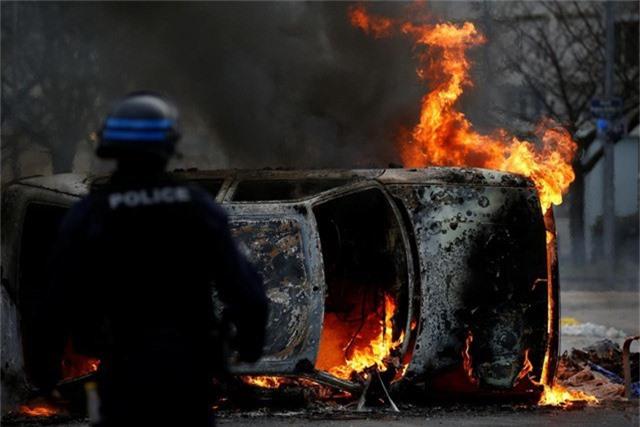Người biểu tình đốt xe hơi trong cuộc biểu tình Áo gile vàng. (Ảnh: Reuters)