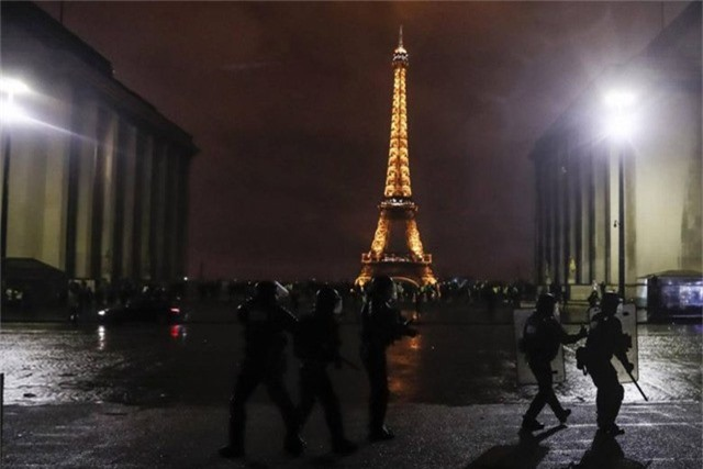 Lực lượng an ninh tuần tra tháp Eiffel (Ảnh: EPA)