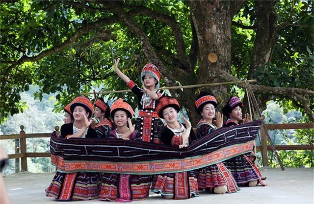 Những thiếu nữ dân tộc Mông ở Sin Suối Hồ trong bài múa truyền thống. Phát triển du lịch nông thôn cần gắn với bản sắc văn hóa, tập quán của người dân
