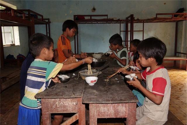 Cuộc sống bán trú của học sinh xã Ba Giang còn nhiều thiếu thốn