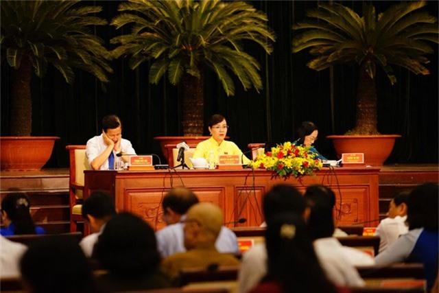Bà Nguyễn Thị Quyết Tâm - Chủ tịch HĐND TPHCM đặt vấn đề là thành phố có nên làm bộ sách giáo khoa riêng không?