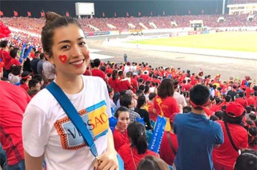 Á hậu Lệ Hằng bay ra Hà Nội để 'tiếp lửa' cho thầy trò HLV Park Hang-seo.