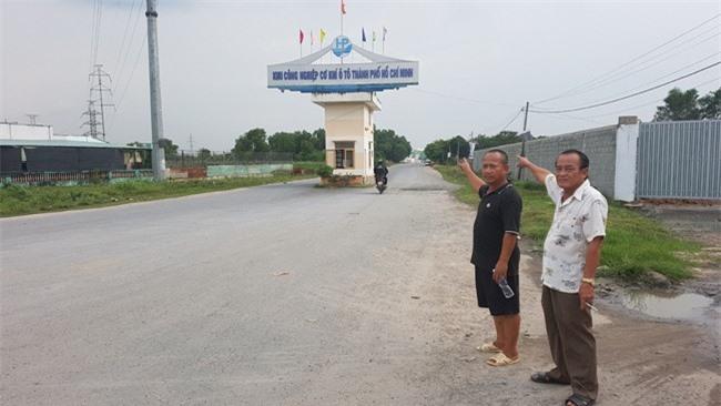 Ông Nguyễn Văn Huệ (bìa phải ảnh) cho biết, có những trường hợp bị UBND huyện thu hồi đất trước khi có quyết định của Thủ tướng tới… 3 tháng (ảnh TM)