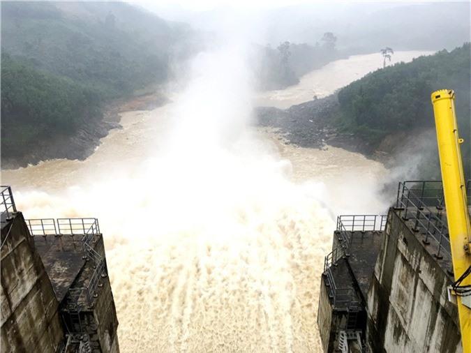 Nước lũ đang dâng cao, hồ ở Quảng Nam xả lũ - Ảnh 1.
