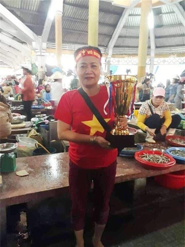 Chị khác cầm cúp vô địch chúc đội tuyển Việt Nam đạt ngôi vô địch
