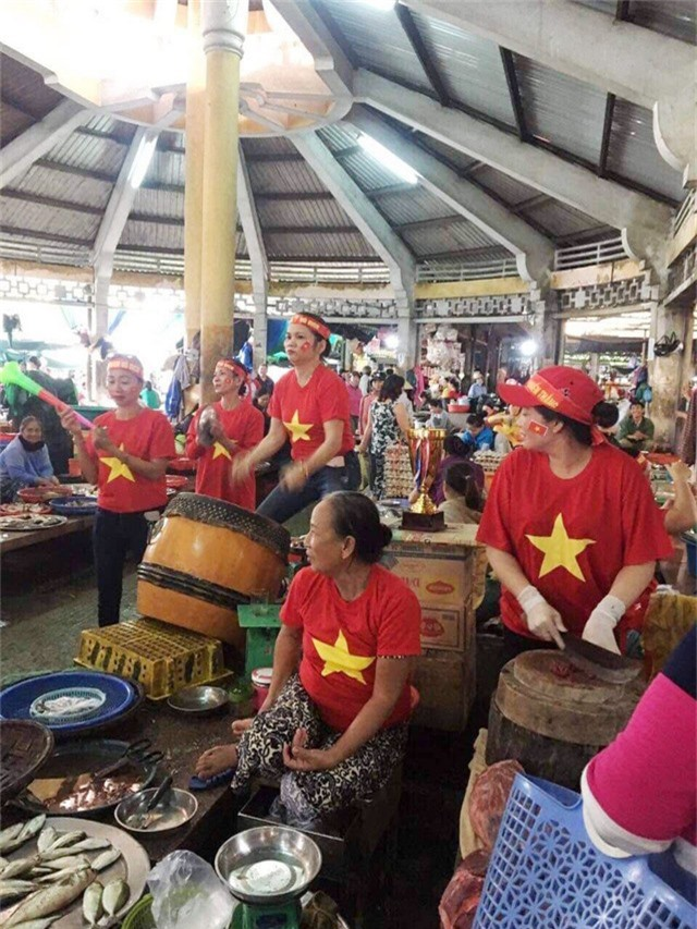 Không khí sôi động và rất nóng trong khu chợ Tây Lộc, TP Huế khi các tiểu thương vừa bán vừa cổ vũ đội tuyển Việt Nam