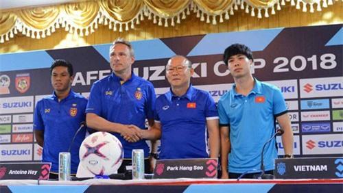 HLV Antoine Hey (thứ 2 từ trái) từng gây gổ với ông Park Hang-seo