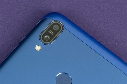 Hai máy ảnh sau của ZenFone Max M2 có độ phân giải 13 MP, khẩu độ f/1.8 cho khả năng lấy nét theo pha và cảm biến phụ 2 MP giúp chụp ảnh xóa phông. Hai máy ảnh này được trang bị đèn flash LED kép, cho khả năng quay video Full HD.