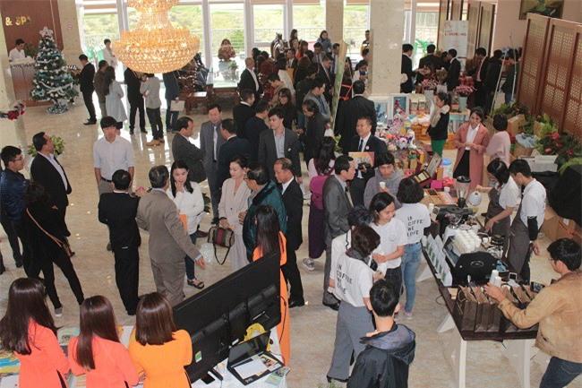 Doanh nghiệp, nhà đầu tư Thái Lan tham quan các gian trưng bày sản phẩm đặc trưng của doanh nghiệp Lâm Đồng