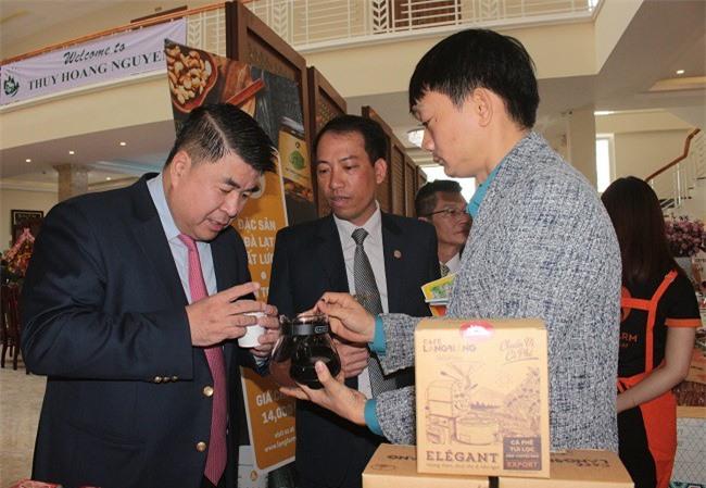 Ông Paul Le, đến từ Central Group thử chất lượng cà phê của Công ty nông sản LangBiang